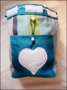sac-bleu-avec-coeur-blanc-30x35-225x300